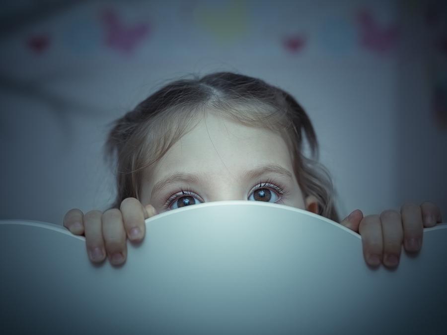 Niña pequeña con miedo escondida