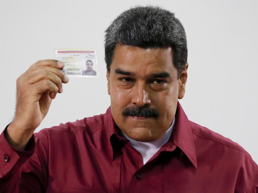 El presidente de Venezuela, Nicolás Maduro, al momento de votar hoy en las elecciones presidenciales en Caracas, Venezuela.