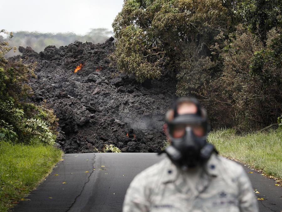 La lava llega al océano tras cruzar la autovía 137 cerca de Pahoa (Hawaii) este domingo.