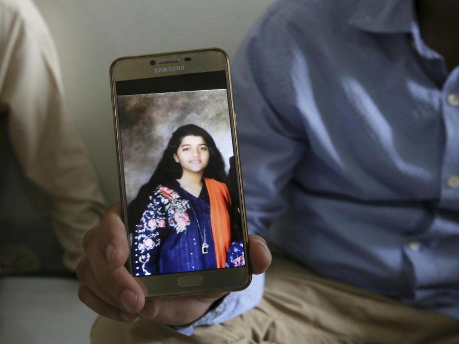 Abdul Aziz Sheikh, padre Sabika Sheikh, muestra un foto de su hija desde Karachi, Pakistán, tras su fallecimiento, en un foto del 19 de mayo de 2018.