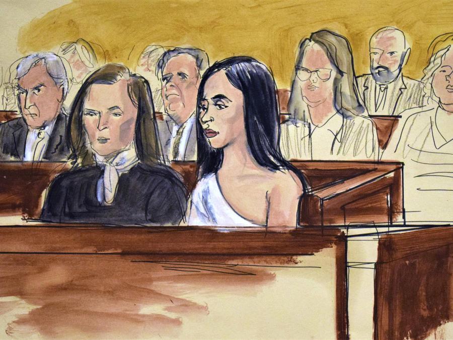 """En un dibujo del tribunal aparece Emma Coronel Aispuro, en el centro y a la derecha, mujer de Joaquín Guzmán """"El Chapo"""" el pasado 17 de abril durante una vista en la corte."""