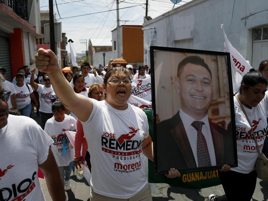 Un retrato de José Remedios Aguirre frente a su ataúd, en Apaseo El Alto Guanajuato, el 13 de mayo de 2018.