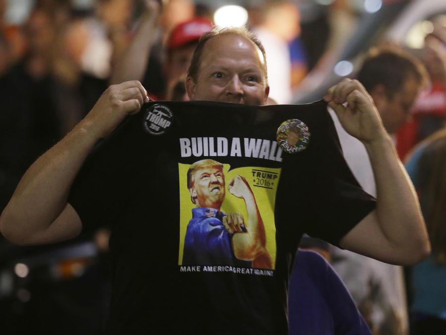 Un hombre con una camiseta apoyando la construcción del muto durante la campaña presidencial de Donald Trump el 30 de agosto de 2016 en Everett, Washington.