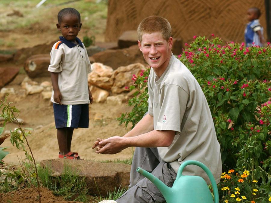 Mutsu Potsane y el príncipe Harry plantando un árbol