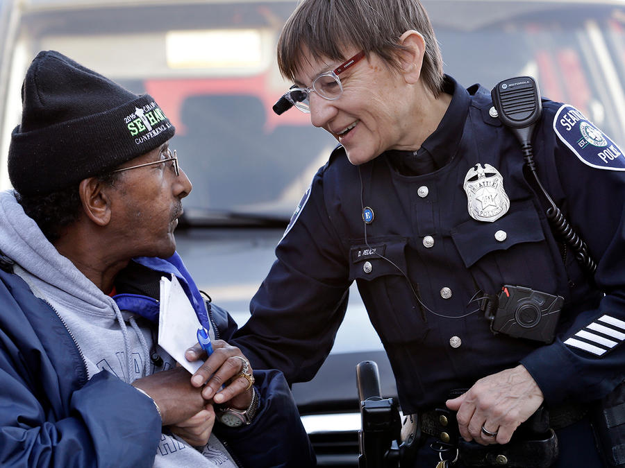Una agente de la policía porta una cámara adherida al uniforme. La Policía de Seattle no permite a sus agentes usar Facial Rekognition de Amazon pero ACLU pidió a la empresa que deje de vender la tecnología a departamentos policiacos en el país.