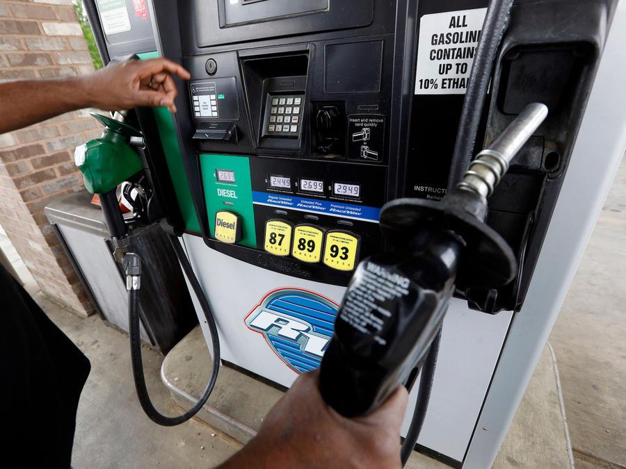 Un consumidor a punto de elegir gasolina en medio del aumento de precios el 23 de abril de 2018 en Richland, Missouri.