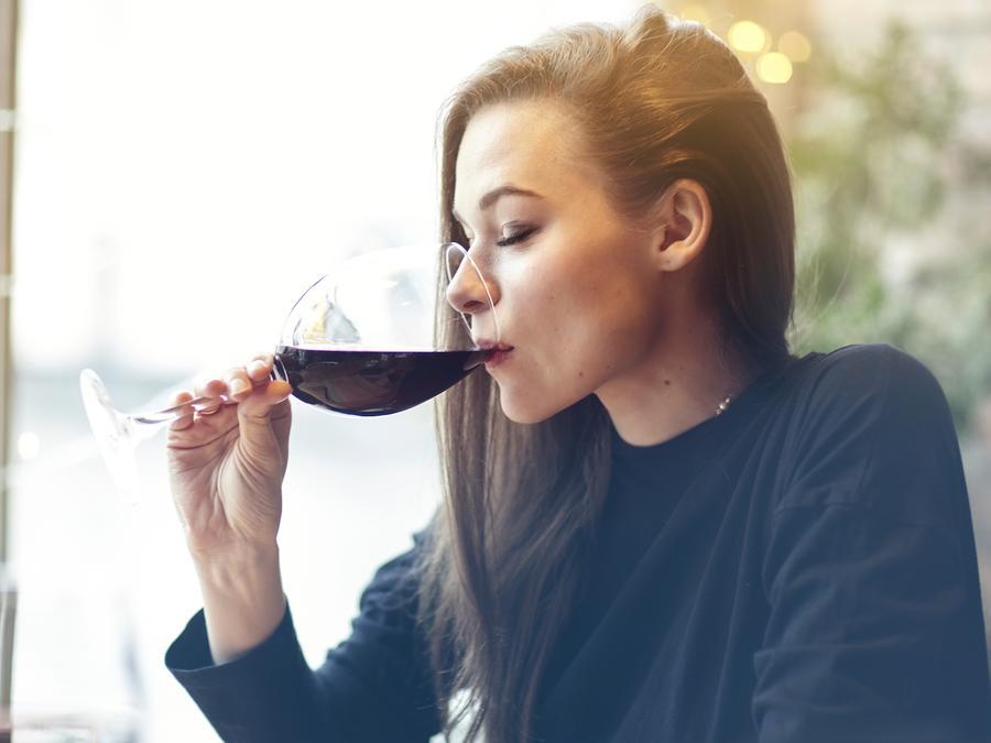 Mujer bebiendo una copa de vino