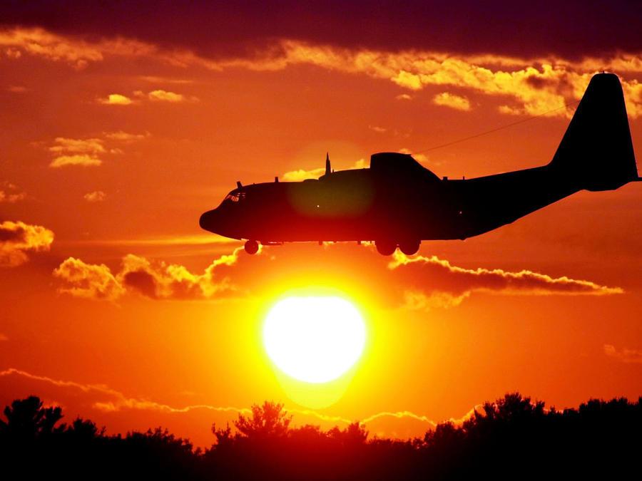 Un avión a punto de aterrizar en una imagen de archivo.