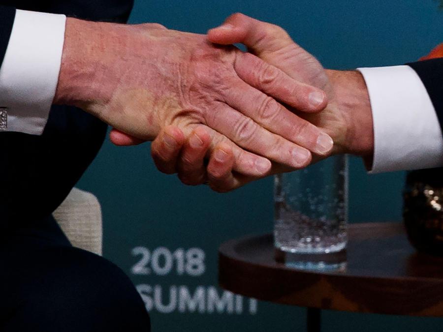 Saludo del presidednte Trump y su homólogo francés Macrón en la cumbre del G7 en Canadá este fin de semana