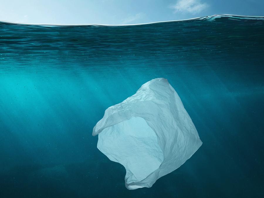 Bolsa de plástico flotando en el océano