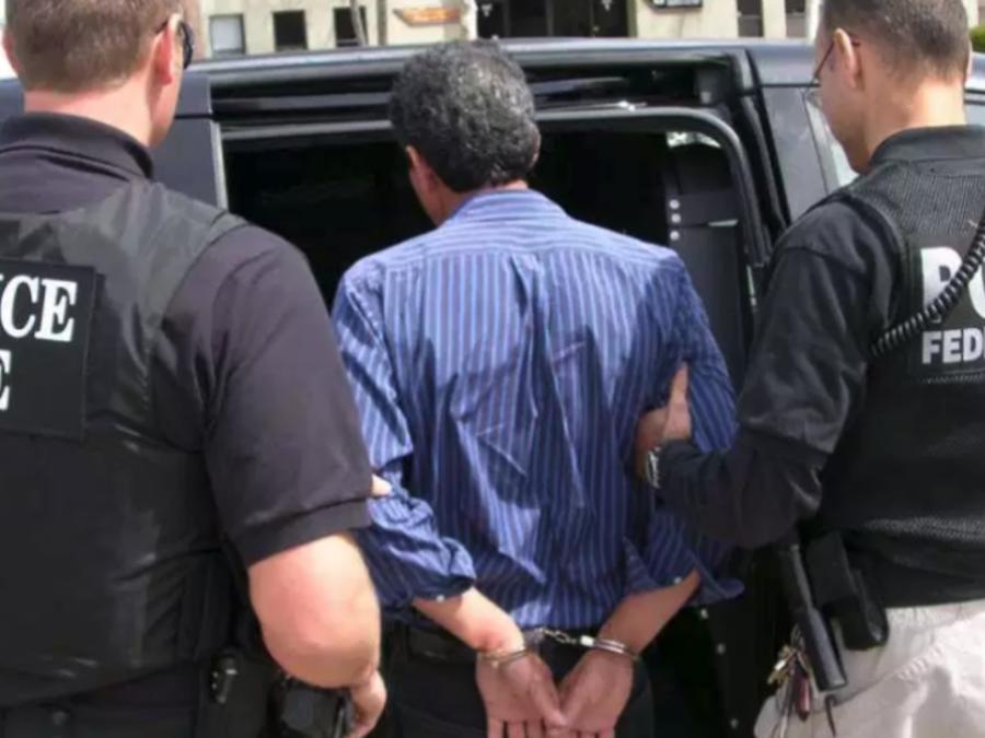 Foto de archivo de un inmigrante indocumentado arrestado por ICE