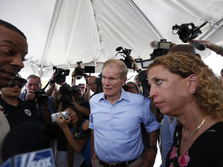 El senador Bill Nelson y la representante Debbie Wasserman Schultz intentaron visitar un refugio temporal para niños no acompañados en Homestead.