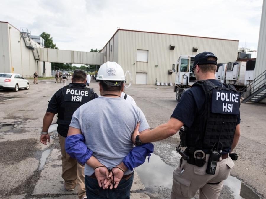 Agentes de ICE ejecutaron una orden de allanamiento criminal el martes en Ohio arrestando a 146 personas.