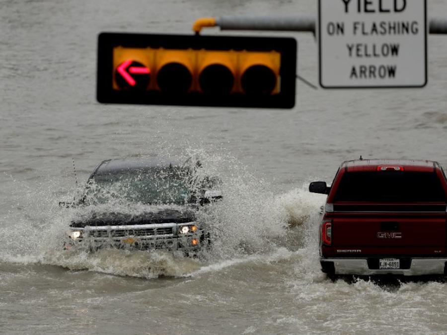 Un camión es golpeado por la estela de otro mientras navega por una carretera inundada este miércoles en Weslaco, Texas.