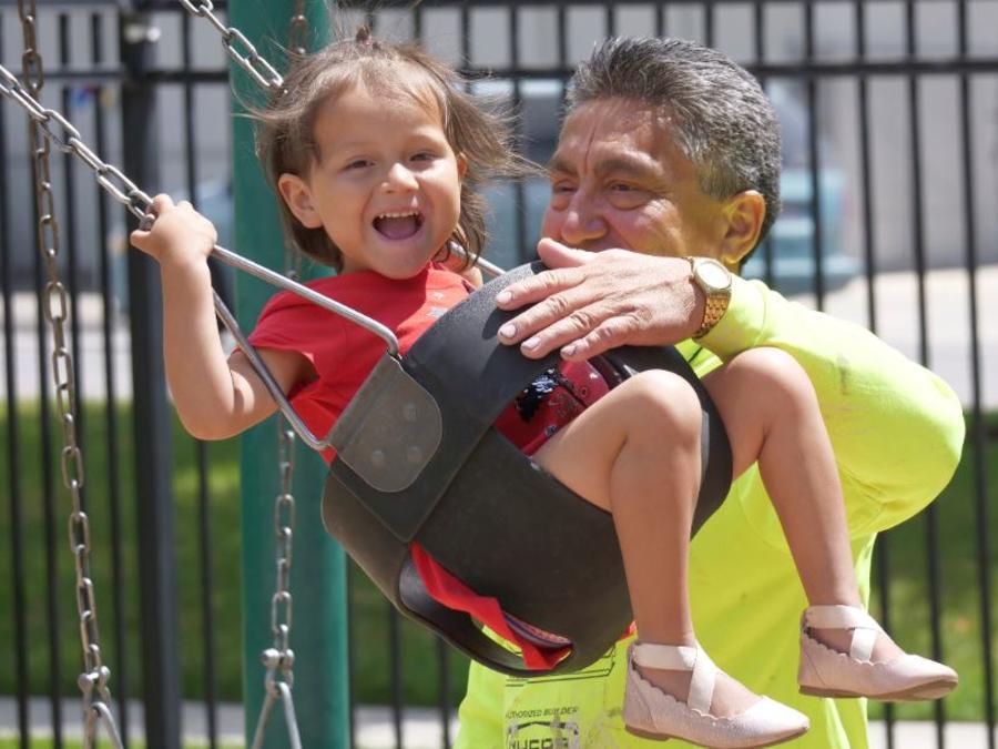 Rómulo González Rodríguez juega con su hija Genesis, de 3 años, en Provo, Utah.