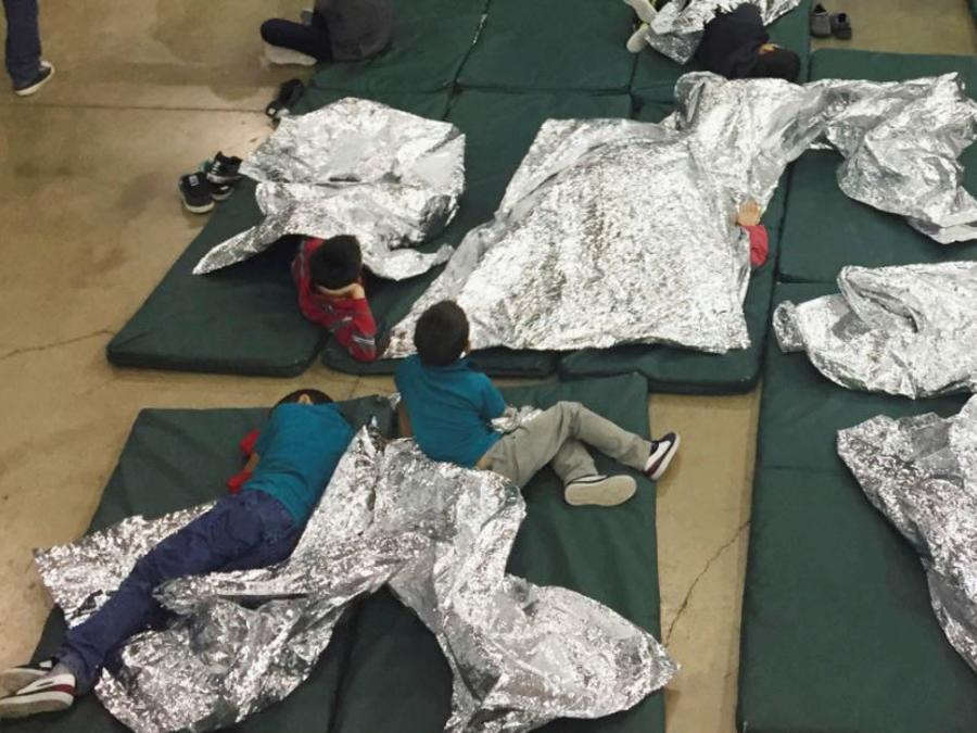 Niños en una instalación del centro de procesamiento en McAllen, Texas.
