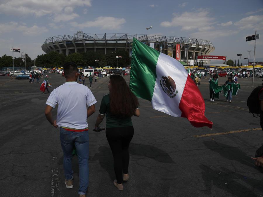 Un fan llega con una bandera nacional mexicana al Estadio Azteca para un amistoso partido de fútbol entre México y Escocia en la Ciudad de México, el sábado 2 de junio de 2018. (AP Photo / Eduardo Verdugo)