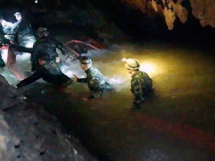 Rescatistas en la cueva en el norte de Tailandia donde desaparecieron integrantes de equipo de fútbol y su entrenador