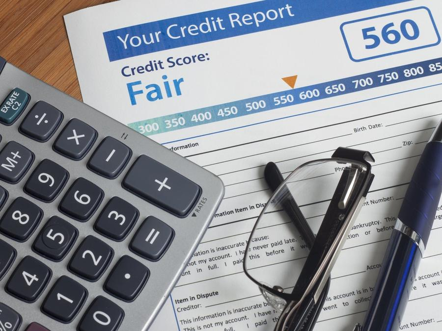 Informe crediticio junto a calculadora