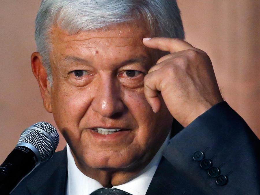 El presidente electo de México, Manuel Andrés López Obrador, habla con la prensa tras reunirse con el presidente Enrique Peña Nieto