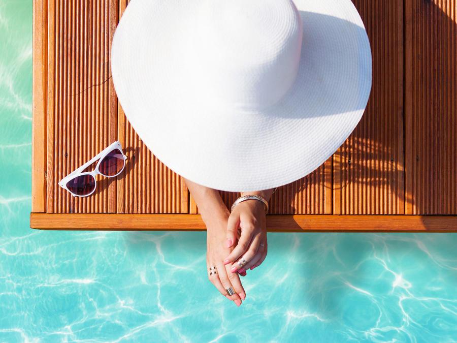 Mujer relajada frente a piscina