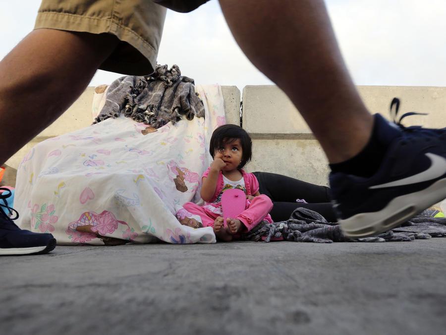 Jennifer, una niña guatemalteca de dos años, esperaba asilo en Estados Unidos junto a su madre en un puente fronterizo en junio.
