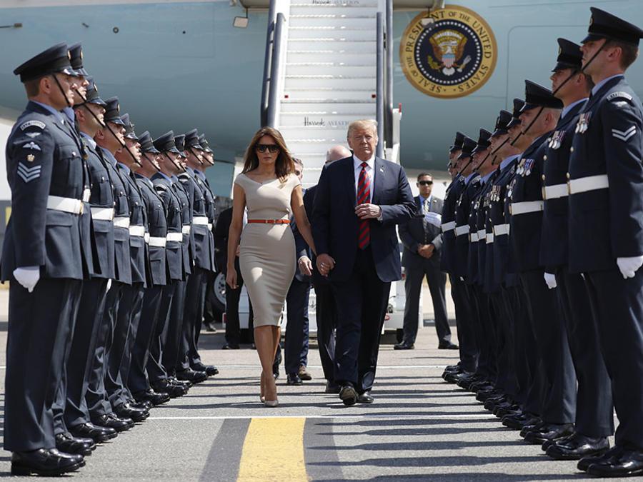 El presidente estadounidense Donald Trump junto a su esposa Melania Trump arriva en Londres, Inglaterra.