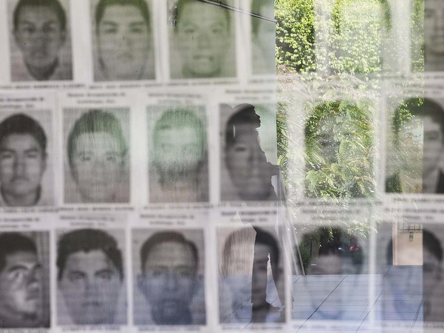Esta foto de archivo muestra un mural con las caras de los 43 estudiantes desaparecidos en Ayotzinapa, México.