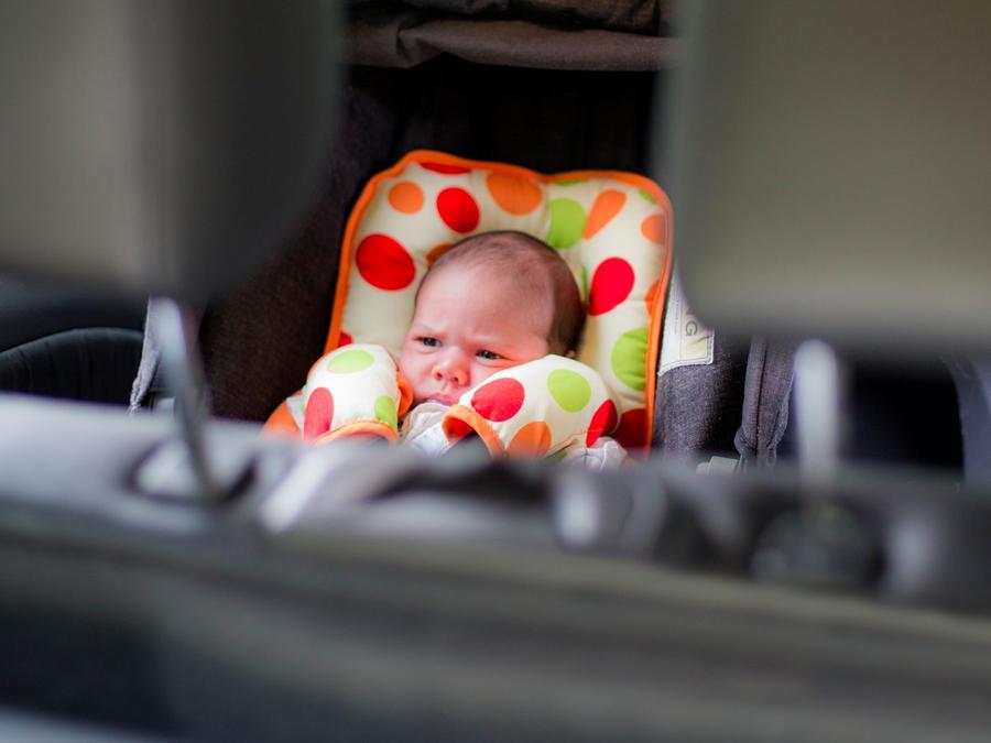 Bebé abandonado en carro