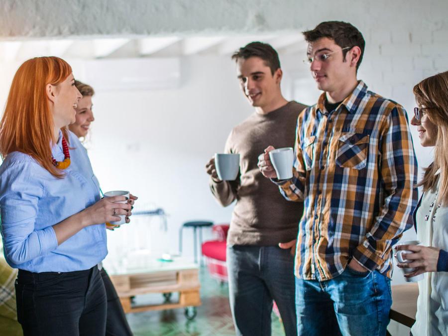Personas en oficina, en reunión