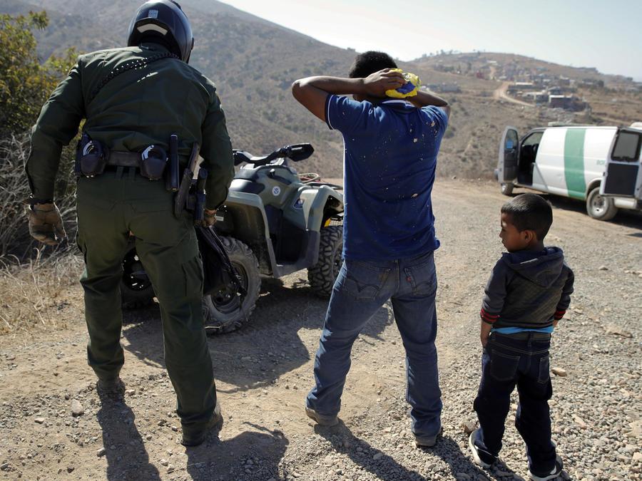 Un padre guatemalteco y su hijo son arrestados en junio tras cruzar la frontera en California.