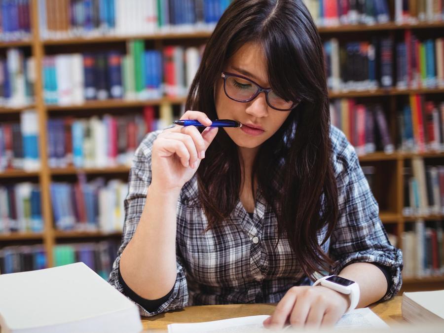 Joven estudiando