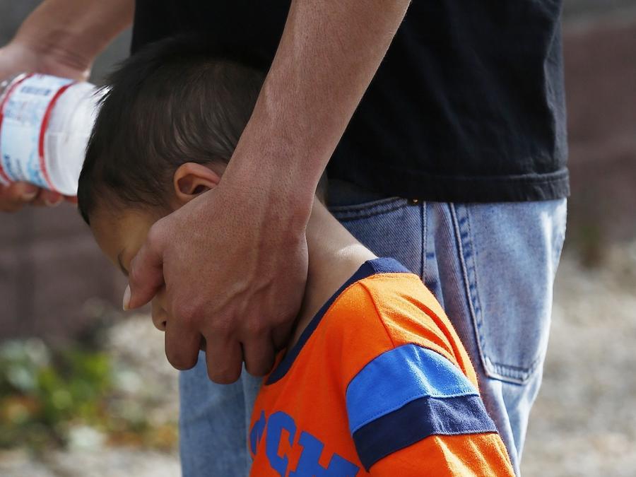 Un niño de tres años, reunido con su padre en Arizona el 10 de julio.