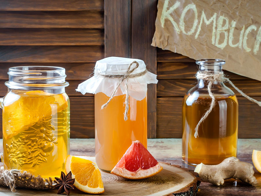 Frascos con kombucha, de distintos sabores