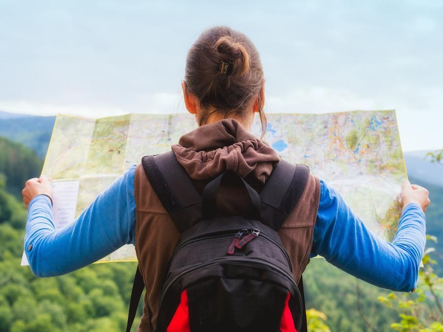 Mujer viajera mirando un mapa
