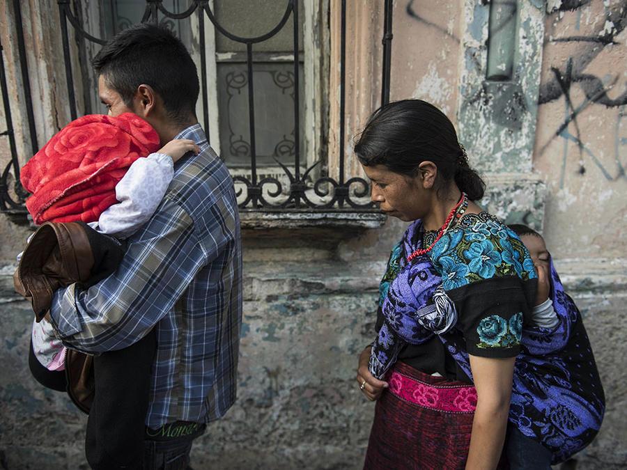 Una familia de inmigrantes indocumentados se reúne después de haber sido separada en la frontera en Estados Unidos.
