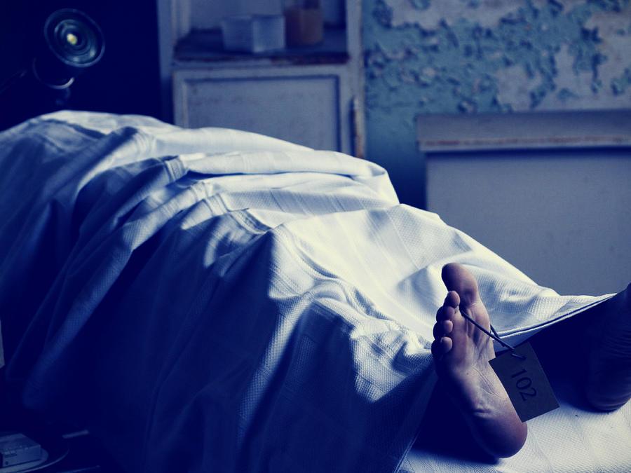 El hombre se tomó fotos con un algodón en la nariz y en la boca y una sábana blanca sobre su cuerpo. (Foto ilustrativa)