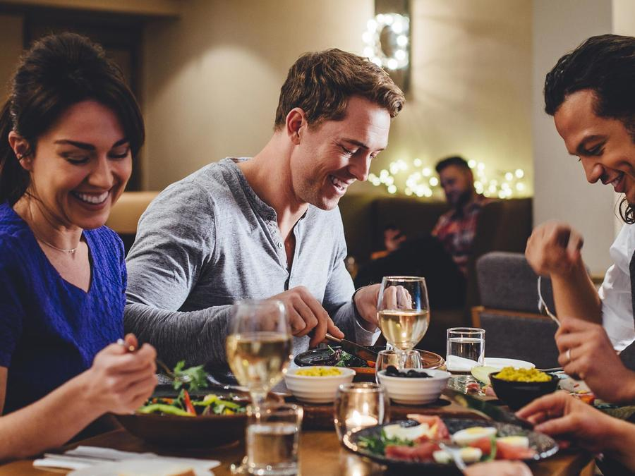 Personas cenando