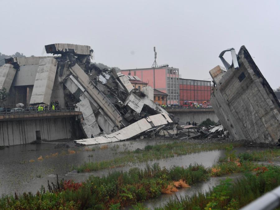 Trabajos de rescate entre los escombros del puente de Morandi colapsado en Génova.