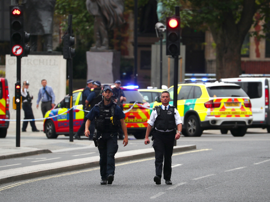 Policía investiga este martes después de que un automóvil se estrellara frente al Parlamento británico.