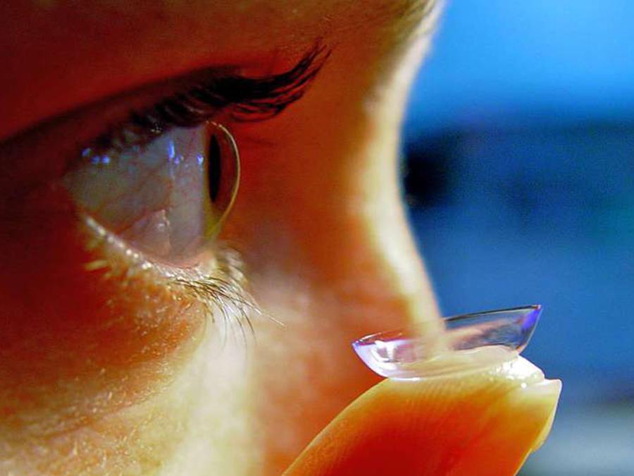 Tuvo un lente de contacto en su ojo por 28 años