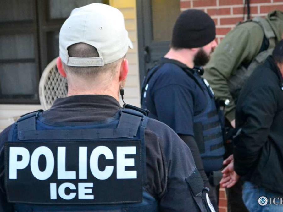 Foto de archivo de un inmigrante detenido por ICE