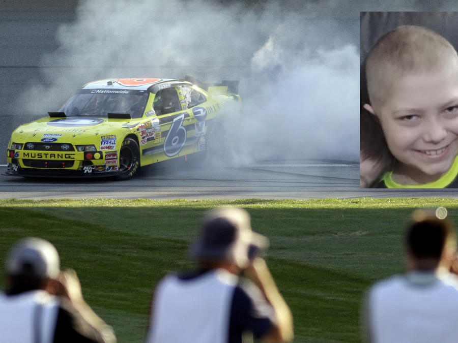 Imagen de archivo de una competición de carros. A la derecha, Caleb Hammond en una imagen de su página de GoFund.
