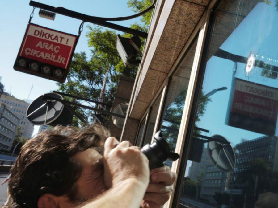 El impacto de uno de los disparados contra la caseta de seguridad de la embajada estadounidense en la capital turca.