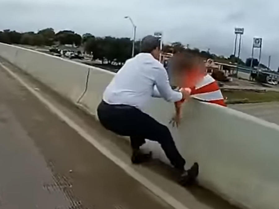 Policías rescatan a suicida