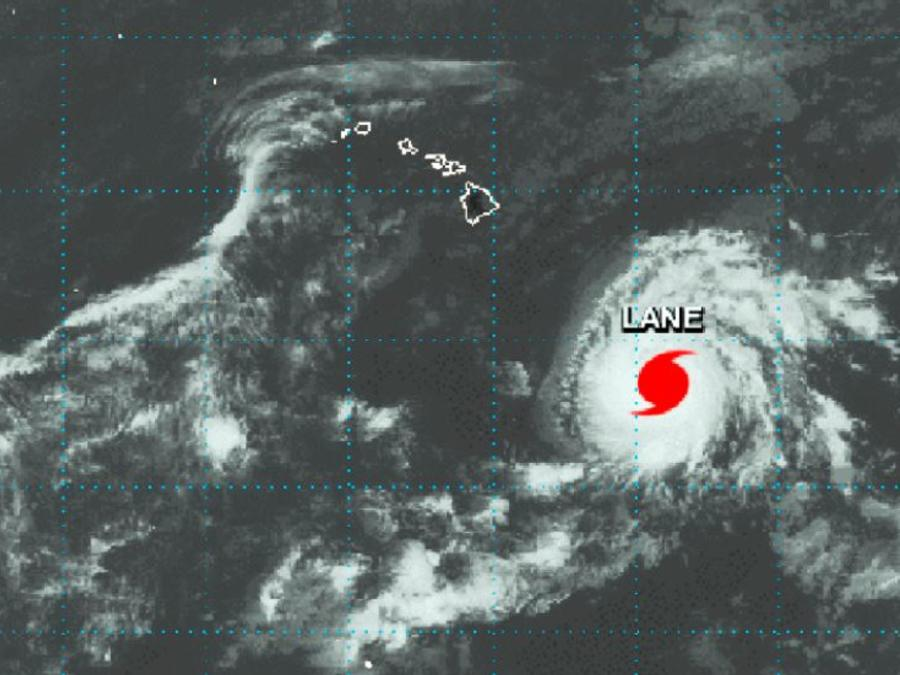 Imagen satélite de la NASA que muestra el huracán Lane en el Océano Pacífico central al sureste de las Islas Hawaianas este lunes.