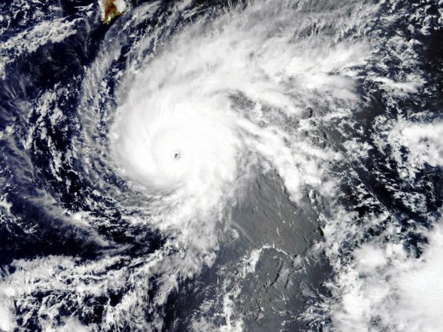 Imagen satélite de la NASA de este martes del huracán Lane.