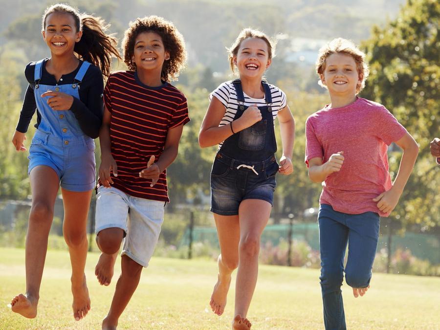 Niños felices corriendo