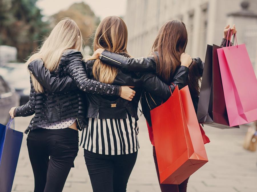 Tres mujeres con bolsas de compras