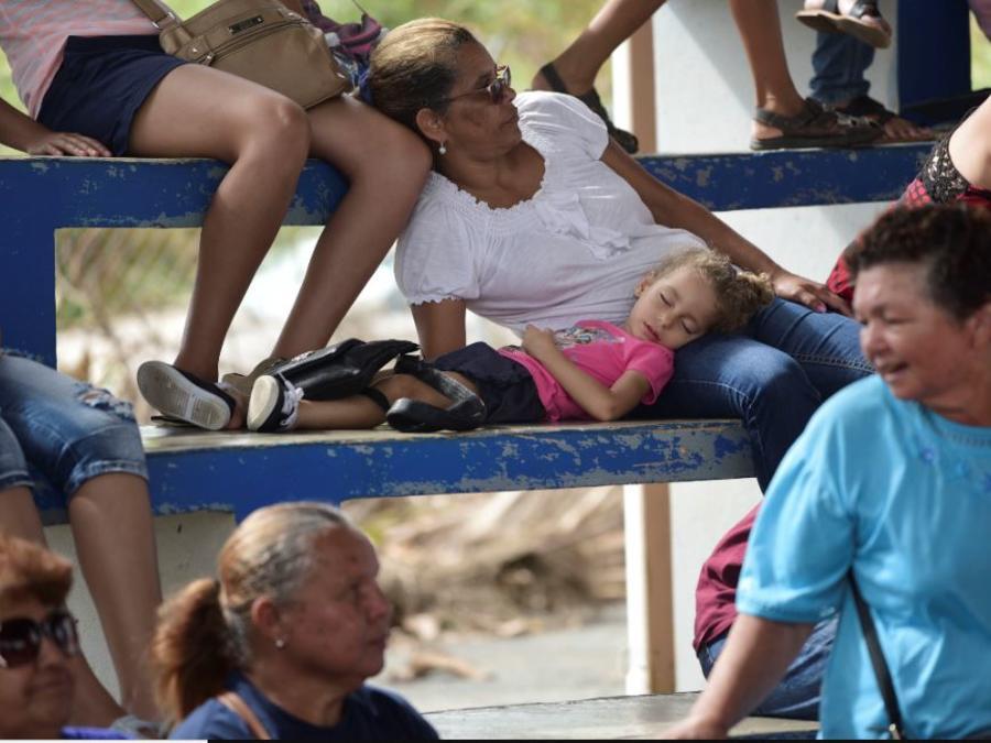 Afectados por el huracán María en la Escuela Primaria José de Diego esperan para solicitar ayuda federal de FEMA en una imagen de archivo.